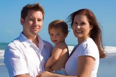 Familia en una playa Fotos de archivo libres de regalías