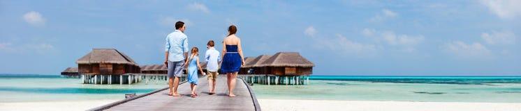 Familia en vacaciones de lujo de la playa Imágenes de archivo libres de regalías
