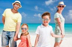 Familia en vacaciones tropicales de la playa Fotografía de archivo libre de regalías
