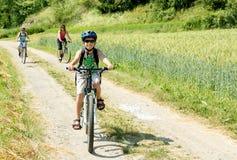 Familia en viaje de la bicicleta Fotografía de archivo libre de regalías