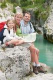Familia en viaje de la montaña Foto de archivo