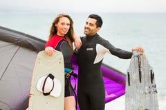 Familia en wetsuits con los tableros de resaca Fotos de archivo libres de regalías