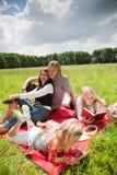 Familia encantadora que disfruta del aire libre imagenes de archivo