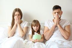 Familia enferma en malo imagen de archivo libre de regalías