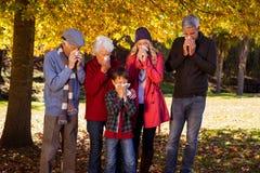 Familia enferma usando tejidos Foto de archivo libre de regalías