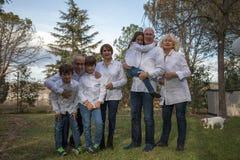 Familia entera que celebra un partido fotografía de archivo