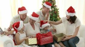 Familia entre generaciones en la Navidad almacen de video