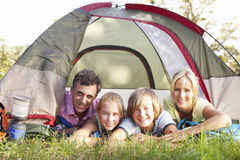 Familia envejecida centro en acampada en campo Foto de archivo libre de regalías
