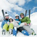 Familia, esquí, nieve, sol y diversión Imagen de archivo