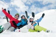 Familia, esquí, nieve, sol y diversión Imagen de archivo libre de regalías