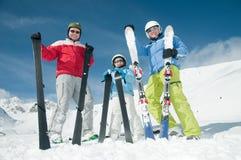 Familia, esquí, nieve y diversión Imagenes de archivo