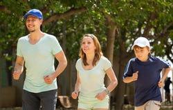 Familia europea con el hijo que corre en parque Fotografía de archivo