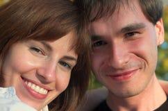 Familia europea que sonríe en el parque Imagenes de archivo