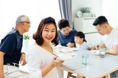 Familia extensa asiática feliz que cena en casa por completo de la felicidad y de las sonrisas Fotos de archivo