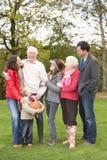 Familia extensa en caminata a través del campo Fotos de archivo