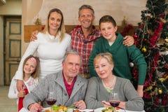 Familia extensa feliz que mira la cámara el tiempo de la Navidad Foto de archivo libre de regalías