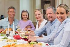 Familia extensa feliz que mira la cámara el tiempo de la Navidad Imágenes de archivo libres de regalías