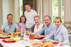 Familia extensa feliz que mira la cámara el tiempo de la Navidad Imagen de archivo libre de regalías