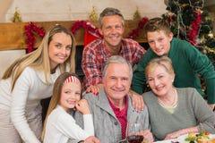 Familia extensa feliz que presenta en el tiempo de la Navidad Foto de archivo libre de regalías