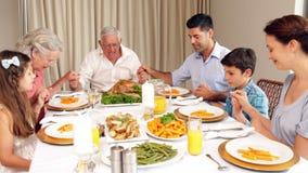 Familia extensa que dice tolerancia antes de cena almacen de metraje de vídeo