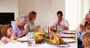 Familia extensa que dice tolerancia antes de cena de la Navidad metrajes