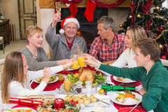 Familia extensa que tuesta en la cena de la Navidad Fotos de archivo libres de regalías