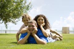 Familia feliz fotografía de archivo libre de regalías