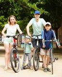 Familia feliz activa con al aire libre Fotografía de archivo