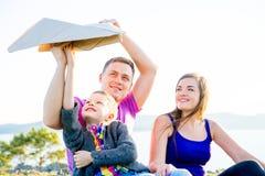 Familia feliz afuera Foto de archivo libre de regalías