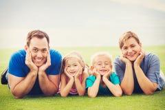 Familia feliz afuera Fotos de archivo