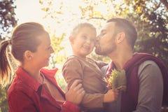 Familia feliz afuera Estación del otoño Foto de archivo libre de regalías