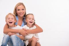 Familia feliz aislada en el fondo blanco Imagen de archivo