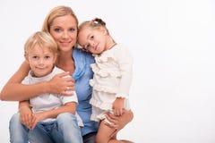 Familia feliz aislada en el fondo blanco Foto de archivo