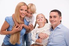 Familia feliz aislada en el fondo blanco Foto de archivo libre de regalías