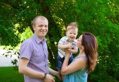 Familia feliz al aire libre fotografía de archivo