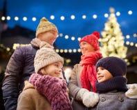 Familia feliz al aire libre en la Nochebuena Fotos de archivo