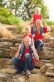 Familia feliz al aire libre en rojo sobre uno a Imagen de archivo libre de regalías