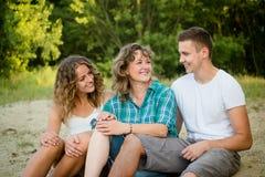 Familia feliz al aire libre que disfruta de la vida junta Fotos de archivo