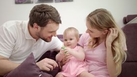 Familia feliz Familia alegre con abrazo del bebé almacen de metraje de vídeo