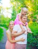 Familia feliz caminando junto al aire libre fotografía de archivo