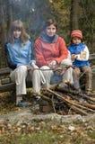 Familia feliz cerca de la hoguera fotos de archivo libres de regalías