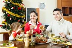 Familia feliz cerca del árbol de navidad Imagen de archivo