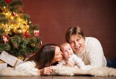Familia feliz cerca del árbol de navidad en casa Foto de archivo