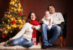 Familia feliz cerca del árbol de navidad en casa Fotos de archivo libres de regalías