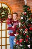 Familia feliz cerca del árbol de navidad en la Navidad y el Año Nuevo Fotos de archivo libres de regalías