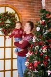 Familia feliz cerca del árbol de navidad en la Navidad y el Año Nuevo Foto de archivo libre de regalías