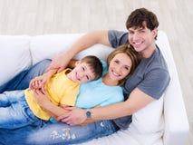 Familia feliz cómoda - alto ángulo Imágenes de archivo libres de regalías