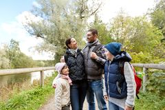Familia feliz con caminar de las mochilas foto de archivo libre de regalías