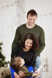 Familia feliz con contra el adornamiento del árbol de navidad Imagenes de archivo