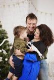 Familia feliz con contra el adornamiento del árbol de navidad Foto de archivo libre de regalías